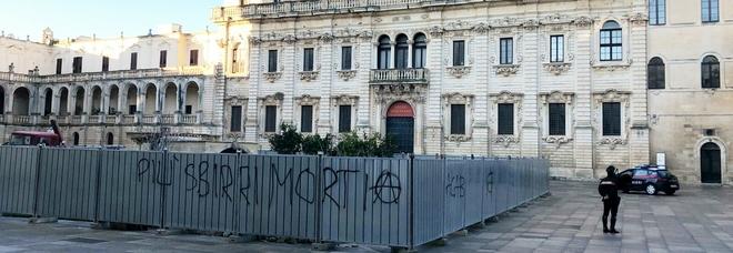 Scritte minacciose nel cantiere del Duomo Interviene la Digos. Il vescovo: «Incivili»