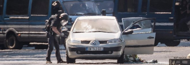 Nuovo attentato a Parigi: un'auto con bombole di gas si lancia contro agenti sugli Champs Elysées