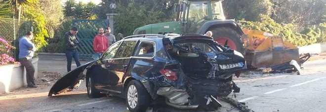 Scontro tra due auto e un trattore: quattro feriti