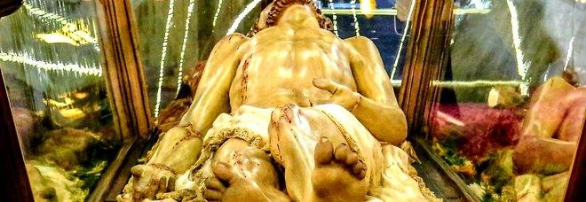 Lecce, sfila la processione del Venerdì Santo: il Cristo è un'opera del Maccagnani