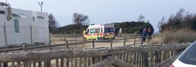 Paura a Porto Cesareo, turista finisce con kite sulla scogliera