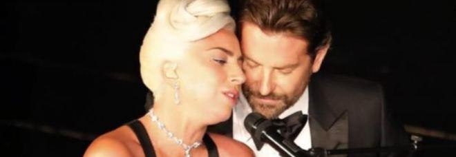 """Lady Gaga e Bradley Cooper vicinissimi per """"Shallow"""": e per qualcuno stava per scattare il bacio Video"""