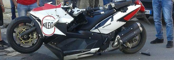 Grave scontro nel centro del paese: grave motociclista