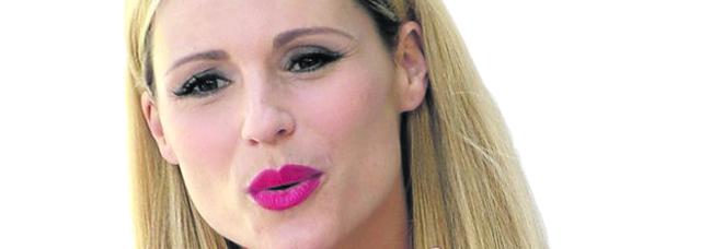 Michelle Hunziker: «Mio padre alcolizzato, Eros e la setta: Aurora mi ha salvato»