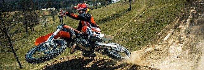 Tragedia alla gara di motocross, motociclista muore dopo un volo di 15 metri
