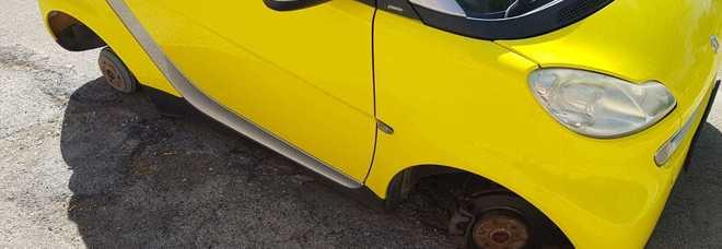 Ignoti rubano le gomme dell'auto di una donna: è la moglie del responsabile Multiservizi arrestato la scorsa settimana