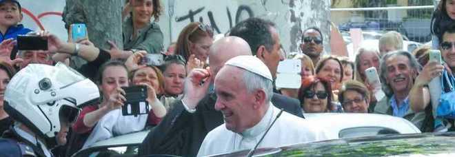 Papa Francesco a Ostia, bagno di folla e visita al Luna Park
