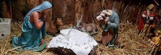 """Rubarono e impiccarono il """"Bambinello"""" a La Spezia Artigiano salentino ne manda in dono uno nuovo"""