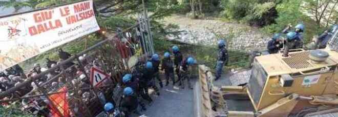 La polizia contro i blocchi dei no Tav (foto Di Marco - Ansa)