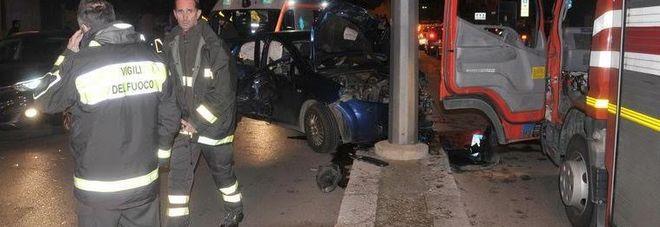 Paura a Lecce, nello scontro un'auto centra il palo del filobus