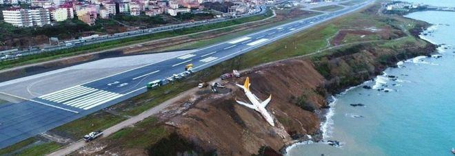 Turchia, aereo fallisce l'atterraggio: terrore in aeroporto Video