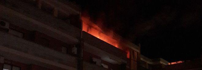 Il fuoco sul balcone della casa