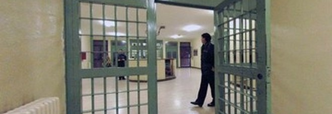 Pacchi ai detenuti in cambio di soldi, arrestati due agenti penitenziari