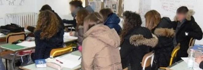 Freddo e gelo a scuola: studenti con il plaid. «Presto il riscaldamento»