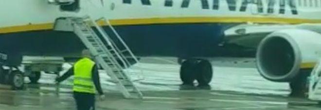 Secchiate di acqua calda sulle ali degli aerei per sciogliere il ghiaccio. L'Enac avvia un'indagine a Brindisi