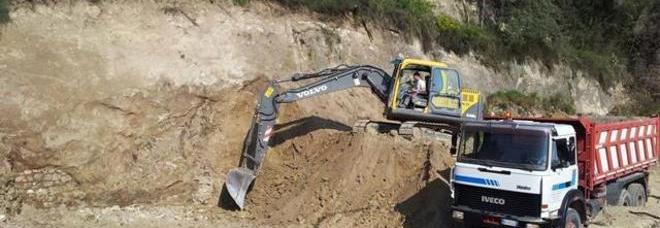 Reperti archeologici presi a picconate in un cantiere