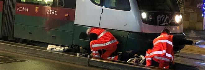Roma, ragazza investita da tram alla Sapienza: incastrata sotto al mezzo