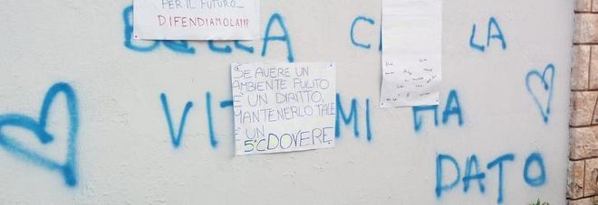 Il vandalo innamorato sporca i muri a scuola: la risposta degli studenti è esemplare