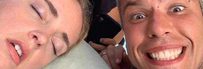 Fedez, lo scherzo a Chiara Ferragni: «Chi dorme si piglia selfie». I follower in ansia per le sua sorte