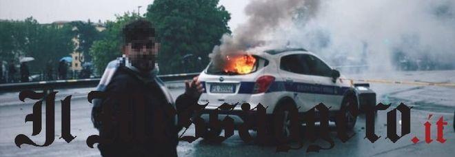 Lazio-Atalanta, scontri tra ultrà e polizia all'Olimpico: auto dei vigili a fuoco