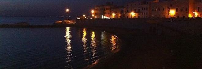 Una nuotata sotto le stelle ma scompare in acqua: giallo a Gallipoli