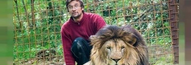 Morto a 33 anni sbranato dal leone che teneva in una gabbia nel giardino di casa