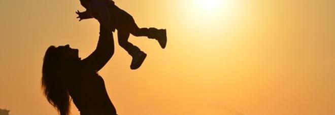 Reddito di maternità, mille euro al mese (per 8 anni) per fare la mamma: «Dopo il quarto figlio diventa vitalizio»