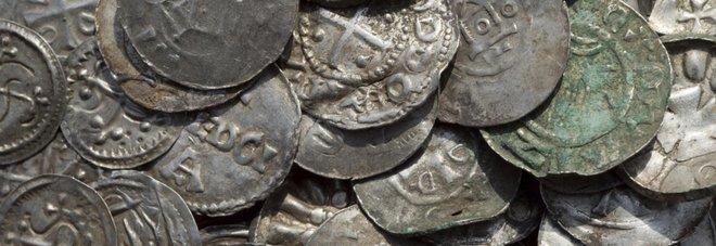 Tredicenne trova il tesoro del re vichingo Bluetooth: monete, collane e un martello di Thor