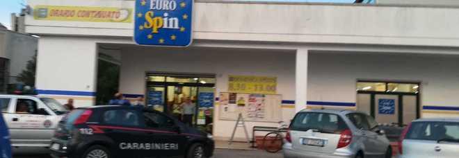 Secondo Eurospin rapinato nello stesso giorno Momenti di panico: un bimbo davanti alla cassa