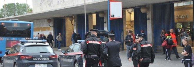 Ostia, frasi volgari alla figlia. Il padre accoltella due egiziani alla stazione: sette arresti