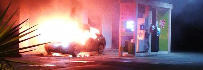 Rogo con l'auto rubata Intimidazione a benzinaio