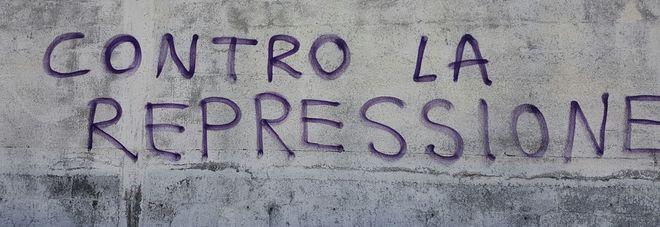 Scritte sui muri nei guai giovane laureata in casa spray e stencil - Scritte muri casa ...