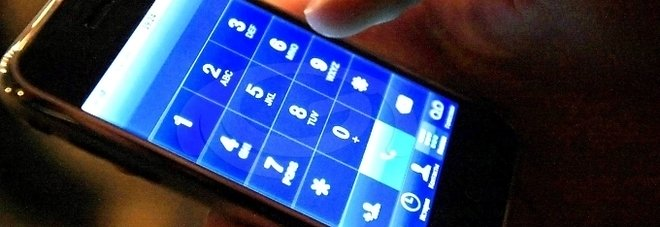 Controlla lo smartphone in carica mentre è nella vasca: 14enne muore folgorato