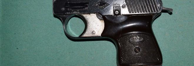 La pistola scacciacani sequestrata