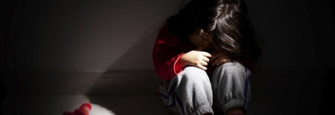 Bimba di 7 anni presa a bastonate da mamma e papà. La Procura: processate i genitori
