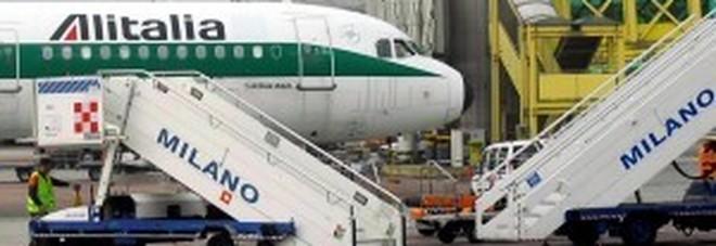 Linate, furgone urta aereo Alitalia pronto al decollo: un ferito, giù dal jet i 66 passeggeri