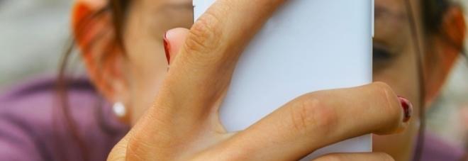 Litiga con il papà per lo smartphone: 12enne si taglia il polso