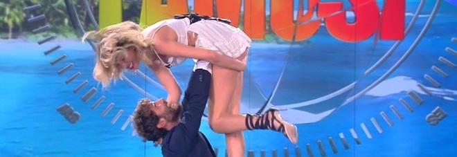 Isola, incidente sexy in diretta, Lato b della Marcuzzi in mostra per colpa di Stefano De Martino