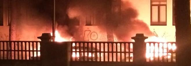 Le auto in fiamme dinanzi il Municipio di Torre