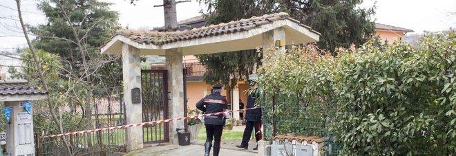 Padre, madre e 2 figli trovati morti in casa: accanto ai corpi due pistole La ricostruzione della Procura