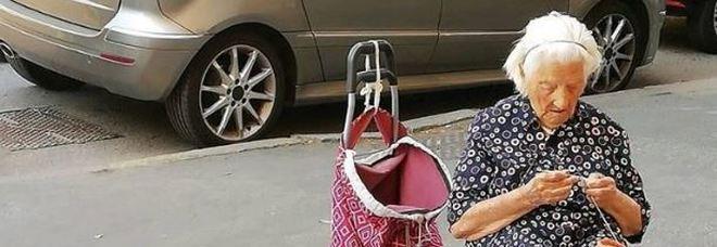 """Niente soldi ma compagnia, la """"nonna"""" delle presine commuove i social"""