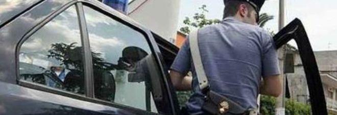Ruba un'auto e fugge: il folle inseguimento contromano tra i pedoni