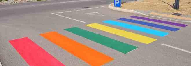 La street art colora Taranto: strisce e spartitraffico hanno i colori dell'arcobaleno