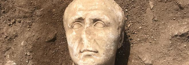 Eccezionale scoperta degli archeologi salentini. «Trovato il volto di Giulio Cesare»