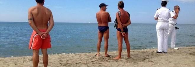 Passeggia sul bagnasciuga e si accascia: uomo muore in spiaggia