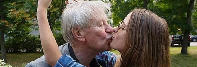 Attore 87enne sposa una studentessa di 27 e poi divorzia: «Non voleva fare sesso»