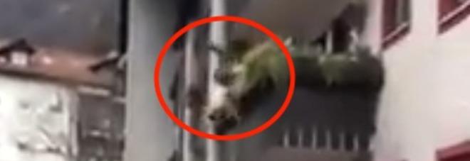 Litiga con un uomo in strada e cade dal balcone: 40enne si frattura il bacino