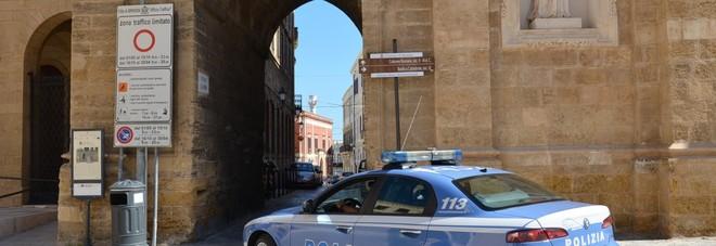 La polizia in piazza Duomo a Brindisi