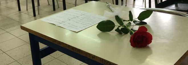 «Federico dovevi essere qua con noi a fare la maturità» Una rosa sul banco vuoto per il compagno morto