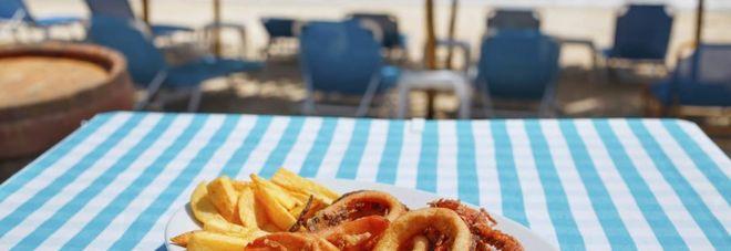 Panini e vaschette vietati in spiaggia: spuntino solo al bar
